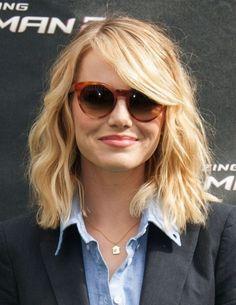 Emma Stone capelli scalati con ciuffo laterale effetto ondulatoCapelli scalati e ondulati accompagnati da un ciuffo liscio e laterale tra i tagli primavera estate 2015.