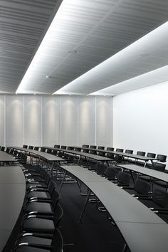 Corporate Training Room- slight curve in tables- makes space interesting- Black countertops vs. white will look cleaner longer Hall Interior Design, Cafe Interior, Corporate Interiors, Office Interiors, Corporate Offices, Office Ceiling, Function Room, Houston, Commercial Design