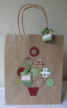 Christmas gift bag: easy to make with stickers and brown, white, or red gift bags!