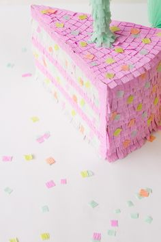 DIY birthday cake piñata - DIY party decor ideas