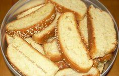 Νηστίσιμα μυρωδάτα χανιώτικα παξιμαδάκια (που μπορούν να φαγωθούν και σαν ψωμάκια) Τα πρωτοδοκιμάσαμε πριν από πολλά χρόνια στην Παλαιόχωρα Χανίων. Εκεί μας είπαν ότι τα λένε «χαλάκια» . Αργότερα είδα στο κλασικό πια βιβλίο «Κρητική κουζίνα» των Ψιλάκηδων ότι τα χαλάκια είναι ιδιαίτερο γλύκισμα του γάμου (και όχι παξιμαδάκια) στις … Greek Sweets, Greek Desserts, Greek Recipes, Fun Desserts, Dessert Recipes, Greek Bread, Cyprus Food, Greek Cookies, Pastry Cake