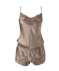 Le teddy est la pièce trendy de votre dressing lingerie! Tout en soie, ce combi-short, ultra sexy et confortable, se resserre sur les hanches pour souligner la taille. On aime la dentelle coquine qui souligne le tour de cuisse… So chic!