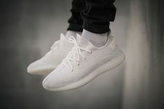 """adidas Yeezy 350 V2 cream white   An alle Sneakerheads!!! Ein neue Stern am Himmel ist aufgetaucht... deradidas Yeezy 350 V2... Boom!!! Der neue low top Sneaker in cream white wurde von Kanye West und adidas designt und sieht mega cool aus... schaut euch einfach nur die Bilder an! Erhältlich ist deradidas Yeezy 350 V2 in der Farbe """"Cream White"""" ab dem 29. April 2017...  adidas Yeezy 350 V2 cream white herrenmode herrenschuhe kanye west low top sneaker männermode sneaker"""