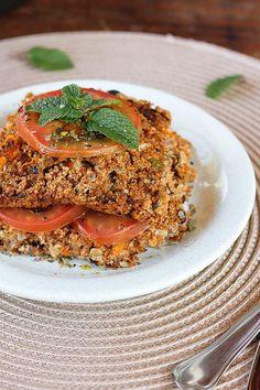 Quibe assado com tomates   Receita   herbi-voraz.com #quibe #quibevegetariano #quibevegano #quibeassado #saudável #herbivoraz