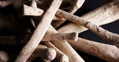Como esmagar ossos para produzir farinha de osso. Farinha de osso é um adubo orgânico popular para jardins e canteiros de flores, composto por ossos de animais, e que contém nitrogênio e fósforo para alimentar plantas, bem como cálcio, um mineral importante para plantas perenes. Além disso, é um fertilizante natural de libertação lenta, liberando nutrientes no solo conforme o osso se decompõe. É ...