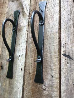 Ces poignées de porte sont à la main en fer forgé et rejoint traditionnellement avec des rivets. Plaque arrière est 14 pouces de hauteur, partie de la poignée est.5 pouce rond. Je vous offre que plusieurs options de finition. Mon préféré est une cire chaude appliquée. Il permet de vraiment la beauté de la brillance de fer à travers. Le prix est par poignée. Rabais de quantité sont disponibles. Door Handles Vintage, Barn Door Handles, Front Door Hardware, Door Hinges, Welded Furniture, Blacksmith Forge, Wrought Iron Decor, Welding And Fabrication, Blacksmith Projects