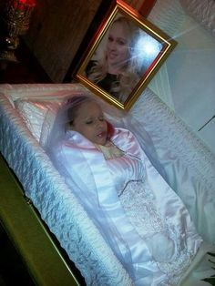Toribia Henriquez aged COD: murdered by stabbing done by boyfriend. Dead Bride, Post Mortem Pictures, Post Mortem Photography, Head In The Sand, Haunted Dolls, Momento Mori, Life And Death, Casket, Beautiful Children
