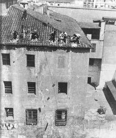 Aquel julio del 36, derrotados los facciosos y en marcha la revolución social, derribo de la cárcel de mujeres en Barcelona, en la calle Amalia