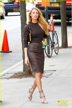 Blake Lively: Photo Shoot Fabulous in New York City!: Photo Blake Lively rocks several different outfits while on the set of a photo shoot on Tuesday (May in New York City. The actress reportedly was doing… Gossip Girl, Sexy Outfits, Cool Outfits, Talons Sexy, Blake Lively Style, Look Fashion, Womens Fashion, Street Fashion, Prom Heels