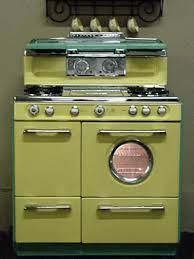 A vintage gas stove in yellow stove. and it is divine. Vintage Kitchen Appliances, Kitchen Stove, Kitchen Decor, Diner Kitchen, Bosch Appliances, Viking Appliances, Retro Kitchens, Cleaning Appliances, White Appliances