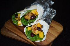 Selbst gemachte Wraps mit Pute, Mango, Trauben und Walnüssen