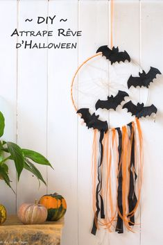 DIY - Un attrape rêve d'Halloween - deko ideen - Halloween Ideas Table Halloween, Halloween Arts And Crafts, Halloween Decorations For Kids, Adornos Halloween, Manualidades Halloween, Halloween Tags, Halloween Crafts For Kids, Halloween Activities, Halloween Party Decor