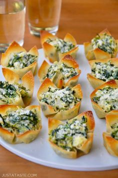 Spinach-artichoke Dip Wonton Cups With Wonton Wrappers Cooking Spray Frozen Spinach Artichoke Hearts Mayonnaise Sour Cream Cream Cheese Grated Parmesan Cheese Garlic Wonton Appetizers, Wonton Recipes, Finger Food Appetizers, Holiday Appetizers, Appetizers For Party, Appetizer Recipes, Appetizer Ideas, Shower Appetizers, Recipes With Wonton Wrappers