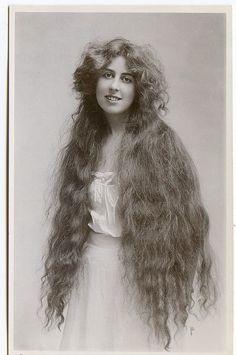 L'inquietante moda vittoriana dei capelli lunghissimi