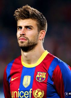 the worst football player in over the world ( i'll always want things to go badly for Gerard Pique) Barcelona Soccer Guys, Football Soccer, Football Players, Shakira, Cooler Stil, Cooler Look, Lionel Messi, Fc Barcelona Wallpaper, Gerad Pique