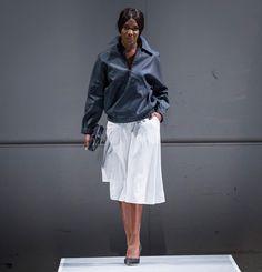 Jupe aux genoux.  45% Lin 30% Viscose 20% Polyester 5% Spandex  Créée et fabriquée à Montréal.  Découvrezd'autres produits de Naïké