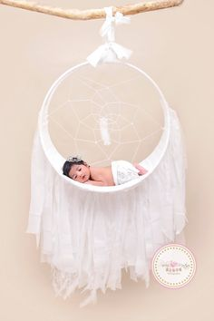 like my page www.facebook.com/pmpphotographyprops Newborns Pose, Photography Prop Baby Dream Catcher , Great for taking photos of newborns, babies supports up to 11 pounds.  This is a handmade Shabby lace style and feather dream catcher photography prop. This is intended for Newborn photo sessions. This prop can withhold up to 11 lbs without altering the look of the prop. If you would like to make any changes to your Prop, please message me before purchasing. **DISCLAIMER***These items are…