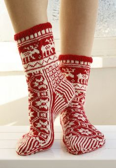 """Christmas Fable - Knitted DROPS Christmas socks with pattern in """"Fabel"""". - Free pattern by DROPS Design Crochet Socks, Knit Mittens, Knitting Socks, Knit Crochet, Knit Socks, Knitting Patterns Free, Free Knitting, Free Pattern, Crochet Patterns"""