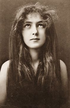"""Long hair"" portrait of actor, chorus girl and artists' model Evelyn Nesbit, United States, 1901, photograph by Napoleon Sarony."