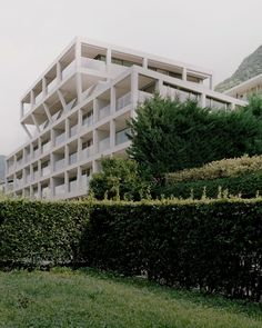 On its northern side, the building opens up towards the lake to reveal large portico-terraces that are wrapped around glass-walled apartments. At the top of the apartment block, a large penthouse protrudes over the side of the structure and is supported by angled columns. Condominium Interior, Mews House, Reinforced Concrete, Concrete Wall, Open Up, Ground Floor, Landscape Design, Kingston University, Facade