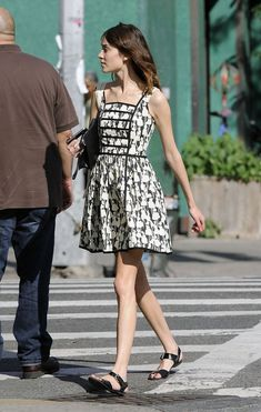 Fashionista Alexa Chung walks in New York's East Village carrying her iPhone and purse on a nice sunny day. Kinds Of Clothes, Clothes For Women, T Shirt Branca, Alexa Chung Style, French Girl Style, Girl Fashion, Fashion Outfits, Summer Outfits Women, Parisian Style