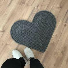 ではでは、ハート❤️の編み方です。 編み図を読んで編める方は こちらからどうぞ ではまず作り目を47目編みます。 写真では小さいハートを編んでいきます。 編み方は一緒です。 立ち上がり鎖3目編みます。 立ち上がりの根元の目に長編みを3目編みます。 そのまま20目長...