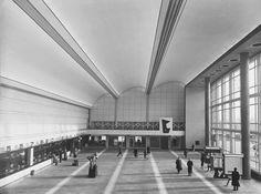 Tussen 1930 en 1960 was de eigenzinnige Sybold van Ravesteyn beeldbepalend voor de spoorwegarchitectuur in Zuid-Nederland. Hij ontwierp strakke seinhuizen en neobarokke stations.
