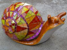Glass mosaic on ceramic snail. Love the colors in this mosaic! Mosaic Crafts, Mosaic Projects, Mosaic Art, Mosaic Glass, Mosaic Tiles, Stained Glass, Glass Art, Mosaic Rocks, Snail Art