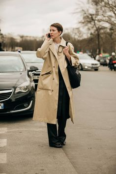 The Best Street Style From Paris Fashion Week Street Style Edgy, Cool Street Fashion, Parisian Chic Style, Coat Dress, Sophisticated Outfits, Fashion Books, Minimalist Fashion, Minimalist Style, La Parisienne