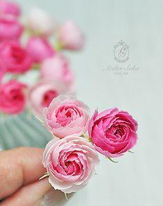 樹脂粘土モデナで作りました。 Hand Flowers, Paper Flowers Diy, Clay Flowers, Sugar Flowers, Handmade Flowers, Fondant Flowers, Polymer Clay Crafts, Polymer Clay Jewelry, Biscuit