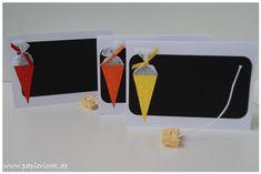 Tischkarten passend zu den Einladungen zur Einschulung, mit einer kleinen Schultüte (Farbe nach Wunsch) & einer Tafel gestaltet. (Auf der Tafel könnt ihr mit Kreide oder einem weißen Fineliner den...
