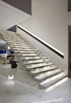 Aposte no branco: 22 ideias de ambientes para você se inspirar - Casa e Decoração - UOL Mulher Marble Stairs, Stair Lighting, Stairways, Architecture Details, The Good Place, Sweet Home, Interior Design, House, Home Decor