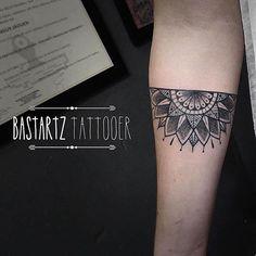 15 ideas for tattoo mandala manchette homme Upper Arm Tattoos, Leg Tattoos, Body Art Tattoos, Sleeve Tattoos, Half Mandala Tattoo, Mandala Hand Tattoos, Trendy Tattoos, Tattoos For Guys, Cool Tattoos