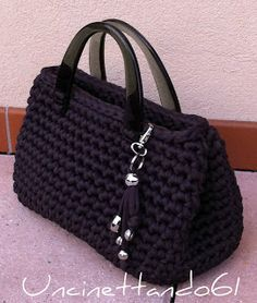 Bolso trapillo Mehr picture only Crochet bag from nylon thread Like the bag shape; idea for handles inspirasi utk tassel realy cute, easy look project / DIY Love this black bag! HAPPY påske til alle ! Uncinetto Shared by Career Path Design Simple but ch Crochet Diy, Love Crochet, Crochet Crafts, Crochet Projects, Diy Crafts, Crochet Handbags, Crochet Purses, Crochet Bags, Crochet Stitches