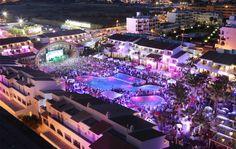 Bienvenue à l'Ushuaïa ! Une discothèque absolument extraordinaire qui a sans nul doute révolutionné l'île !