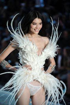 มารู้จัก 'sui he' นางฟ้าจากแผ่นดินใหญ่เปล่งประกายบนรันเวย์ Victoria's Secret!! | Girlsallaround