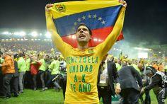 Gabriel Cichero celebrando con la bandera nacional. / via página del club