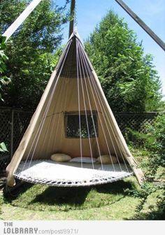 Tent, trampoline, kussens, touwen en een stevige constructie en je hebt een super relaxt plekje in de tuin!