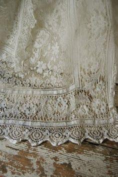 Happy Turtle ~ Le Shop / Vintage square net lace curtain with medallion