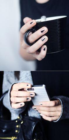 Un look minimalista, lógralo con unos pequeños triángulos en tus uñas