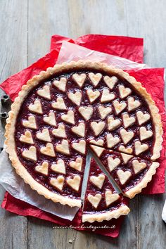 Tart with hearts for Valentine's Day - Tart Recipe with hearts Fall Recipes, Sweet Recipes, Beautiful Pie Crusts, Pie Crust Designs, Pie Decoration, Christmas Hot Chocolate, Valentines Day Food, Christmas Desserts, Creative Food