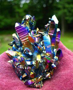 Estos cristales de Cuarzo deben su hermosa e iridiscente coloración a inclusiones de Titanio en su estructura cristalina.
