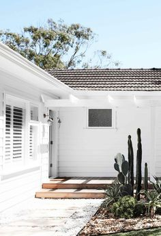 An all-white fibro beach shack with Scandi-style   Inside Out Weatherboard House, 1950s House, Beach Bungalows, Building Companies, Beach Shack, Facade House, House Exteriors, Home Reno, Coastal Homes
