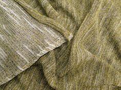 Tricot Lurex (Amarelo). Tricot fino de ponto mais largo, fios mescla, tendo o lado correto em cor mais forte e o avesso mais claro, podendo ser utilizado de ambos os lados. Possui fios de luréx finos, dando um brilho discreto e elegante ao artigo. Toque agradável, o luréx não causa nenhum tipo de irritação ao entrar em contato com a pele. Tecido muito maleável e flexível.  Sugestão para confeccionar: casaquinhos, cardigãs, blusas, detalhes em peças, entre outros.