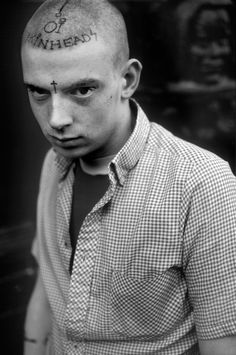 Derek Ridgers' collection of skinhead photos captures youth culture gone mad. Mode Skinhead, Skinhead Fashion, Punk Fashion, Skinhead Boots, Skinhead Reggae, Skinhead Girl, Ben Sherman, Dr. Martens, Little Girls