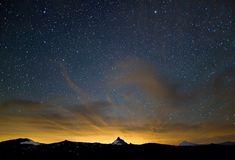 Bondosa é a noite ... que brinca de brilhar estrelas para distrair as solidões.