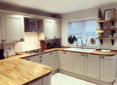 There is no question that designing a new kitchen layout for a large kitchen is much easier than for a small kitchen. A large kitchen provides a designer with adequate space to incorporate many convenient kitchen accessories such as wall ovens, raised. Kitchen Worktop, Kitchen Countertops, Kitchen Cabinets, Kitchen Soffit, Kitchen Remodelling, Kitchen Units, Kitchen Interior, New Kitchen, Kitchen Decor