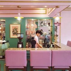 """Café Congreso – ein Ort wie aus einem Wes-Anderson-Film  Wes Anderson hat sich mit Filmen wie """"Die Tiefseetaucher"""" oder """"The Darjeeling Limited"""" einen Namen sowohl als Drehbuchautor als auch als Re..."""