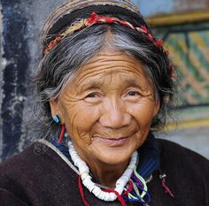 Resident of buchu sergyi lhakang,tibet faces тибет, люди Beautiful Old Woman, Beautiful People, Old Faces, Face Expressions, Interesting Faces, People Around The World, Old Women, Your Hair, Portrait Photography