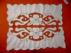 Manualidades no Seixal: Pano de tabuleiro em linho, bordado à mão - Rechelieu